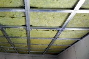 Монтаж утеплителя на потолок в деревянном доме